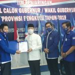 Ketua Partai Demokrat Provinsi Bengkulu Edison Simbolon saat menyerahkan B1-KWK dukungan Parpol kepada Rohidin Mersyah Sabtu (05/09). (Sumber foto: Rakjat.com)